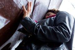 Ładny kobiety czekanie przy graffiti ścianą fotografia royalty free