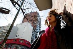 Ładny kobiety czekanie przy graffiti ścianą fotografia stock
