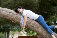Ładny kobiety dosypianie w drzewie po być nad pracujący i mieć kłopotu dosypianie Obraz Stock