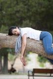 Ładny kobiety dosypianie w drzewie po być nad pracujący i mieć kłopotu dosypianie Obraz Royalty Free