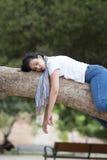 Ładny kobiety dosypianie w drzewie po być nad pracujący i mieć kłopotu dosypianie Obrazy Royalty Free
