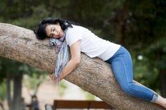 Ładny kobiety dosypianie w drzewie po być nad pracujący i mieć kłopotu dosypianie Zdjęcie Stock