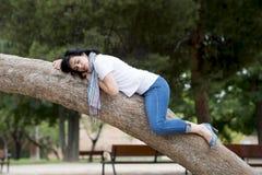 Ładny kobiety dosypianie w drzewie po być nad pracujący i mieć kłopotu dosypianie Obrazy Stock