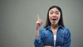 Ładny kobiety główkowanie i dobry pomysł przychodzi jej umysł, odosobniony popielaty tło zdjęcie wideo