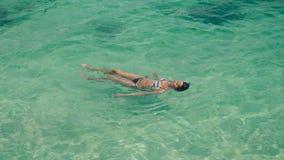 Ładny kobiety lying on the beach na fala zbiory