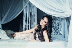 Ładny kobiety mody modela Odpoczywać zdjęcia stock