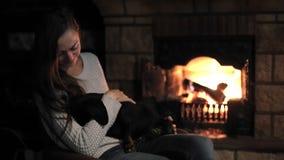 Ładny kobiety przytulenia pies w domu zbiory wideo