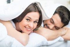 Ładny kochający pary lying on the beach w łóżku Obraz Royalty Free