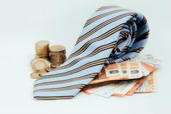 Ładny krawat na stercie pieniądze Zdjęcia Stock