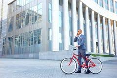 Ładny mężczyzna mienia bicykl Obraz Stock