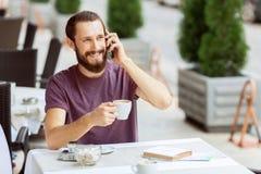 Ładny mężczyzna obsiadanie w kawiarni Zdjęcia Stock