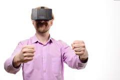 Ładny mężczyzna z szkłami rzeczywistość wirtualna w lilej koszula Zdjęcie Stock