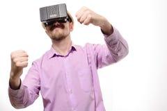 Ładny mężczyzna z szkłami rzeczywistość wirtualna w lilej koszula Fotografia Royalty Free