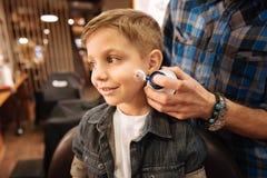 Ładny męski fryzjer męski używa golenie pianę Obrazy Royalty Free