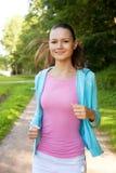 Ładny młoda dziewczyna biegacz w lesie. Obrazy Stock