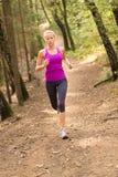 Ładny młoda dziewczyna biegacz w lesie Zdjęcia Royalty Free