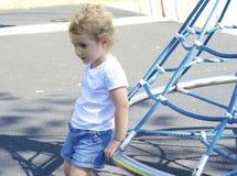 Ładny młode dziecko przy boiskiem. Zdjęcia Royalty Free