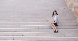 Ładny młodego pracownika obsiadanie na krokach z laptopem zbiory
