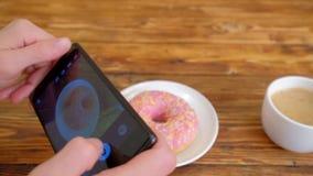 Ładny młodej dziewczyny blogger bierze fotografię z telefonem komórkowym w kawiarni zbiory