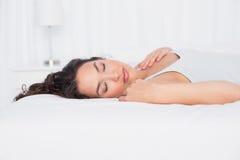 Ładny młodej kobiety dosypianie z oczami zamykał w łóżku Fotografia Royalty Free
