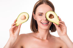 Ładny młodej kobiety mienia avocado Obrazy Royalty Free