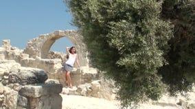 Ładny młodej kobiety odprowadzenie blisko ruin zbiory