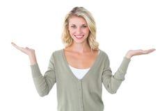 Ładny młody blondynki mienie wręcza out Zdjęcie Stock