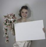 Ładny młody panny młodej mienia pustego miejsca znak Zdjęcia Stock