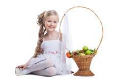Ładny mała dziewczynka uśmiech z owoc odizolowywać Obraz Royalty Free