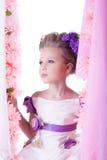Ładny małe dziecko na huśtawce w różowych kwiatach Fotografia Stock