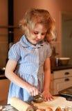 Ładny małej dziewczynki pieczenie Zdjęcie Stock