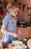 Ładny małej dziewczynki pieczenie Obrazy Royalty Free