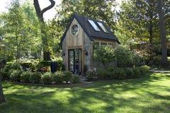 Ładny mały zielony dom w jardzie Fotografia Stock