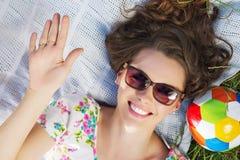 Ładny macierzysty lying on the beach na koc z kolorową piłką Obrazy Stock