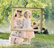 Ładny macierzysty pozować z jej beloced dzieckiem Obraz Royalty Free