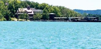 Ładny marina na stołu Skała jeziorze zdjęcia royalty free