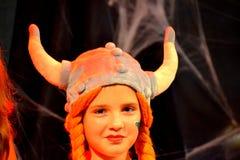 Ładny maskaradowy Viking hełm uzbrajać w rogi dziewczyny Obraz Stock