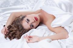 Ładny model z perfect makeup patrzeje kamerę Zdjęcia Royalty Free
