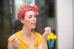Ładny modnisia dmuchanie na jej mokrych gwoździach zdjęcie stock