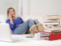 Ładny nastolatek używa smartphone w domu zdjęcia royalty free