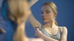 Ładny nastolatka golenia pachy przód łazienki lustro, ciało opieka, higiena zbiory