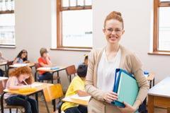 Ładny nauczyciel ono uśmiecha się przy kamerą Zdjęcia Royalty Free