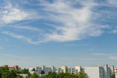 Ładny niebieskie niebo z niektóre chmurnieje w Monachium, Neuperlach - fotografia stock