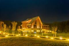 Ładny nowożytny dom podczas evening godziny zdjęcia stock