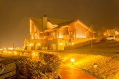 Ładny nowożytny dom podczas evening godziny zdjęcie stock