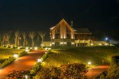 Ładny nowożytny dom podczas evening godziny zdjęcie royalty free
