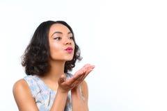 Ładny oliwkowy dziewczyny dmuchania buziak fotografia royalty free