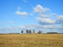 Ładny pole, farma i piękny chmurny niebo, Lithuania obrazy royalty free