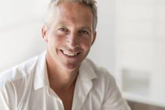 Ładny portret atrakcyjny 40 roczniaka mężczyzna zdjęcia stock