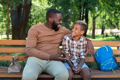 Ładny pozytywny mężczyzna opowiada jego syn zdjęcia stock